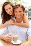 享用年轻人的咖啡夫妇 库存照片