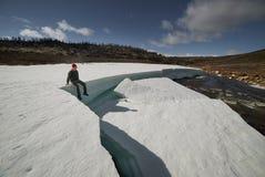 享用异乎寻常的地标的人旅客,坐在大冰块 免版税库存照片