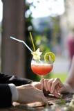 享用异乎寻常的年轻人的夫妇饮料 免版税库存图片