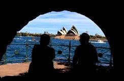 享用悉尼Harbou的男人和妇女剪影  免版税库存照片