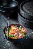 享用您的海鲜面条用章鱼和大虾 免版税图库摄影