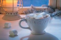 享用您的自创圣诞节巧克力用蛋白软糖和蜡烛 图库摄影