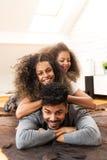 享用愉快的家庭一起微笑和 库存图片