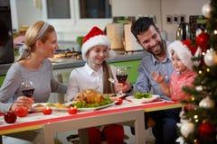 享用愉快的家庭吃传统圣诞晚餐 免版税图库摄影