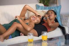 享用愉快的美丽的亚裔快乐的女朋友结合笑快乐在家一起有乐趣沙发长沙发拥抱和在wom 图库摄影
