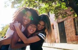 享用户外在城市街道上的小组女性朋友 免版税库存图片
