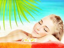 享用手段温泉的海滩 免版税库存照片