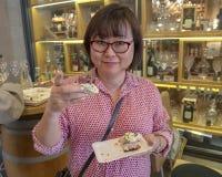 享用捷克烹调的样品在食物游览游人的,布拉格,捷克中的韩国游人 库存照片