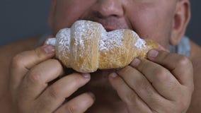 享用新月形面包,狂欢的超重人特写镜头吃作为精神问题 影视素材