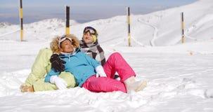 享用新鲜的雪的富感情的年轻夫妇 股票视频