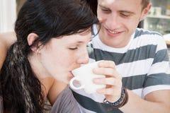 享用早晨咖啡的年轻有吸引力的夫妇 库存图片