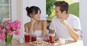 享用早餐的有吸引力的夫妇户外 免版税图库摄影