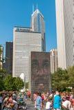 享用普遍的冠喷泉的访客在千禧公园在一个热的夏日在芝加哥街市 库存图片