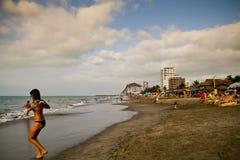 享用普遍的海滩的未认出的游人 图库摄影
