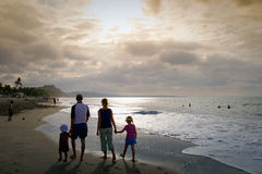 享用普遍的海滩的未认出的游人 库存图片