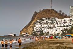 享用普遍的海滩的未认出的游人 免版税库存图片