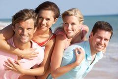享用朋友组节假日星期日的海滩 库存照片