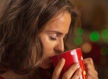 享用杯子热巧克力的少妇画象 免版税库存照片