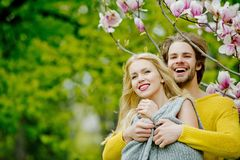 享用桃红色木兰的男人和俏丽的女孩或逗人喜爱的妇女 图库摄影