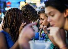 享用桶的一个小组游人在Khao圣路喝 库存照片