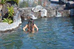 享用水池的女儿,当在手段时 免版税库存照片