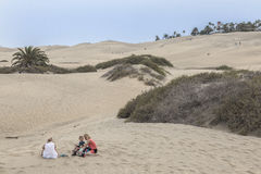 享用沙丘的年轻家庭在大加那利岛的Malpalomas 库存照片