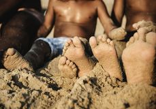 享用海滩的非洲家庭 免版税库存图片