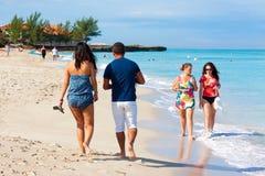 享用海滩Varadero的游人在古巴 库存照片