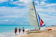 享用海滩Varadero的游人在古巴 免版税库存图片
