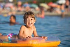 享用海的愉快的孩子 免版税库存照片