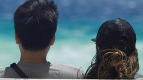 享用海边的青年人在尼斯,暑假,夫妇约会,后面看法 股票录像