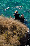 享用海洋与的未认出的游人 免版税库存照片
