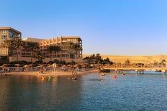 享用海滩的人们在洪加达,埃及 免版税库存图片