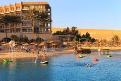享用海滩的人们在洪加达,埃及 免版税库存照片