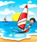 享用海滩的少年 皇族释放例证