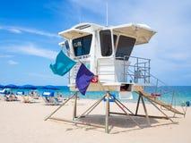 享用海滩的救护设备小屋和人在劳德代尔堡 免版税库存图片