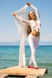 享用海洋的美丽的少妇 免版税库存照片