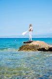 享用海洋的美丽的少妇 库存照片