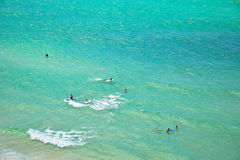 享用清楚的水热带海滩的人们 库存图片