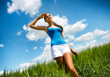 享用温暖的夏天太阳的少妇 图库摄影
