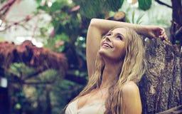 享用温暖的雨的惊人的妇女 免版税库存照片