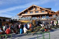 享用滑雪者的afterparty奥地利 免版税图库摄影