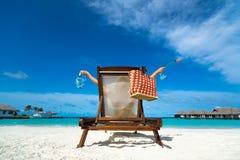 享用热的美丽的妇女看海滩看法  免版税库存图片