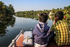 享用状态轮渡的孩子在从奎隆的喀拉拉死水乘坐到Alleppey,喀拉拉,印度 图库摄影