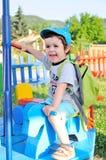 享用环形交通枢纽的小男孩 免版税库存图片