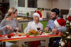享用的家庭一起吃传统圣诞晚餐 库存照片
