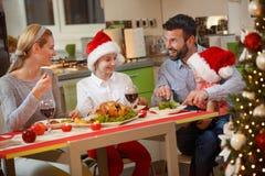 享用的家庭吃传统圣诞晚餐 免版税库存图片