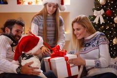 享用的家庭在家分享圣诞节礼物 库存图片