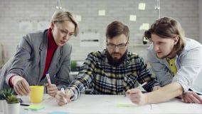 享用的年轻人企业的队,谈话millennials的小组获得乐趣在舒适办公室,好 股票录像