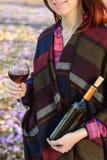 享用红葡萄酒的少妇户外 库存照片